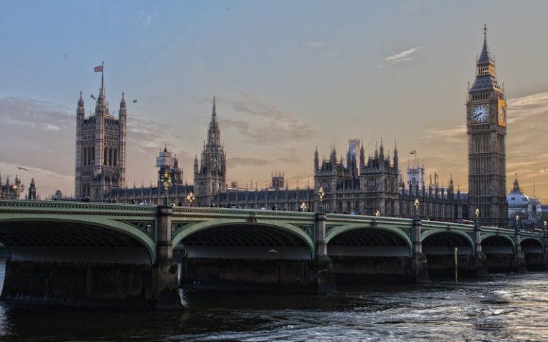 La Gran Bretagna chiude le frontiere: stop al turismo all'estero fino a giugno